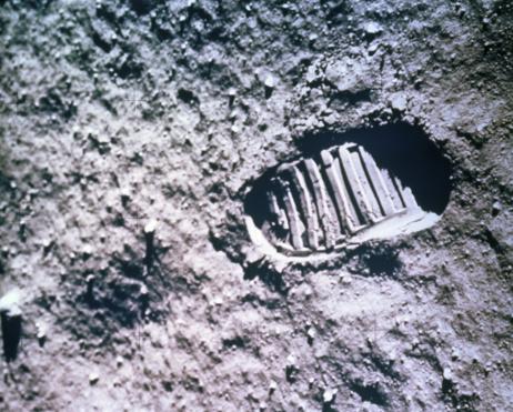 Apolló névnap - az Apollo 11 legénységének lábnyoma a Holdon