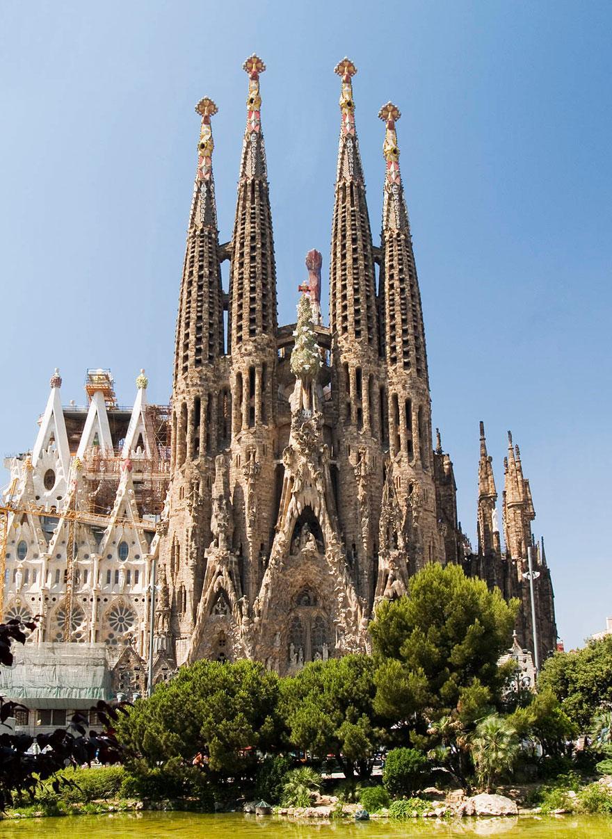 Egyedül tornyosul a Sagrada Familia